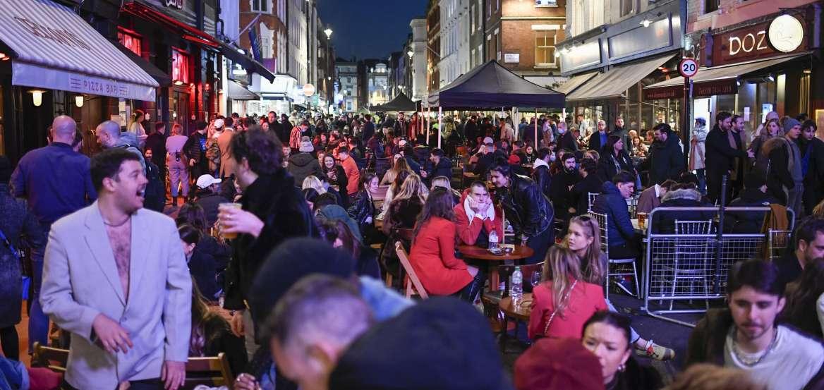 Ατέλειωτο πάρτι: Άνοιξαν παμπ και μπαρ στην Αγγλία και έγινε… χαμός
