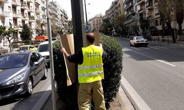 Συνεργεία της Περιφέρειας Αττικής απομακρύνουν αφίσες που αναρτήθηκαν παράνομα σε κεντρικούς δρόμους