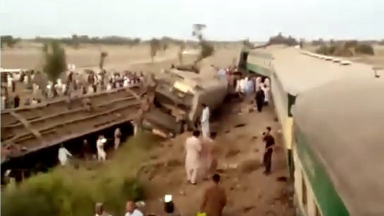 Πακιστάν: Τουλάχιστον 30 νεκροί σε σύγκρουση τρένων