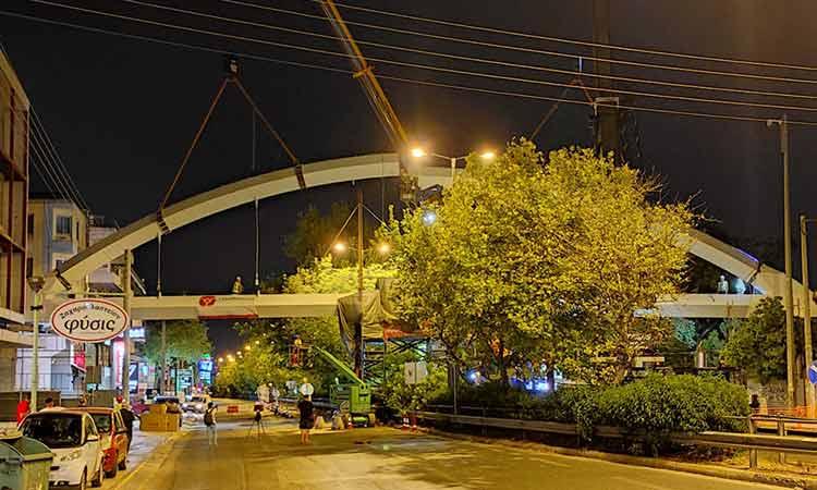 Αγ. Παρασκευή: Πραγματοποιήθηκε η τοποθέτηση του τόξου της πεζογέφυρας στη Λ. Μεσογείων