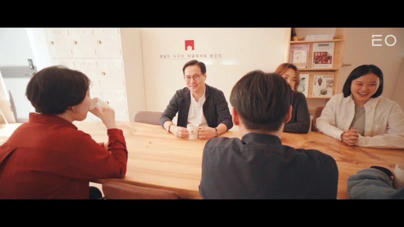 직원들과 이야기를 나누고 있는 아이디어스 김동환 대표