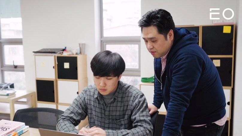 수강생을 가르치고 있는 코드스쿼드 김정 대표
