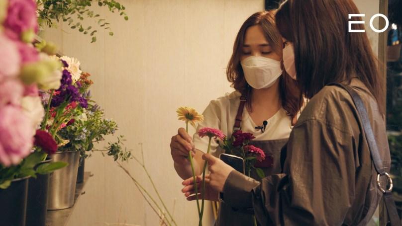 손님을 응대 중인 꽃을닮다 정윤희 대표