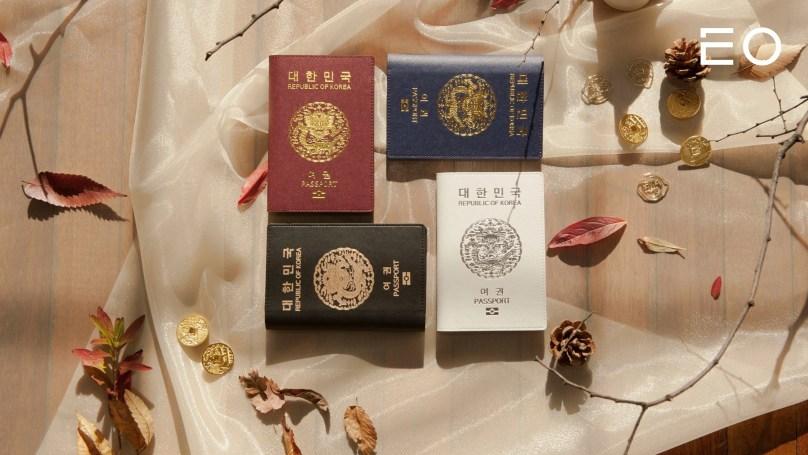 크리에이티브 디렉터 박종원이 제작한 세종 여권 케이스