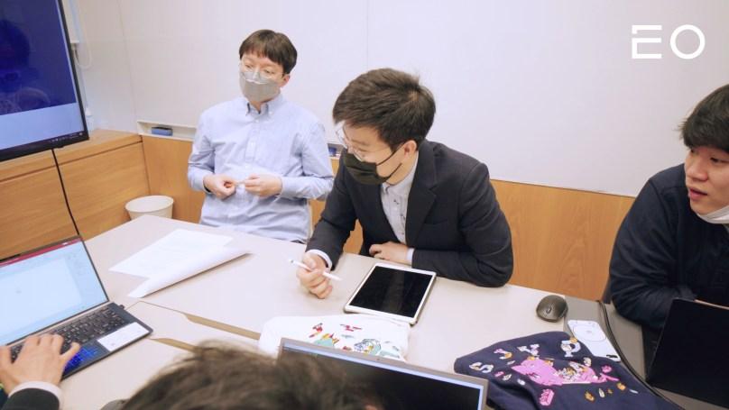 직원들과 논의 중인 디자이노블 신기영 대표