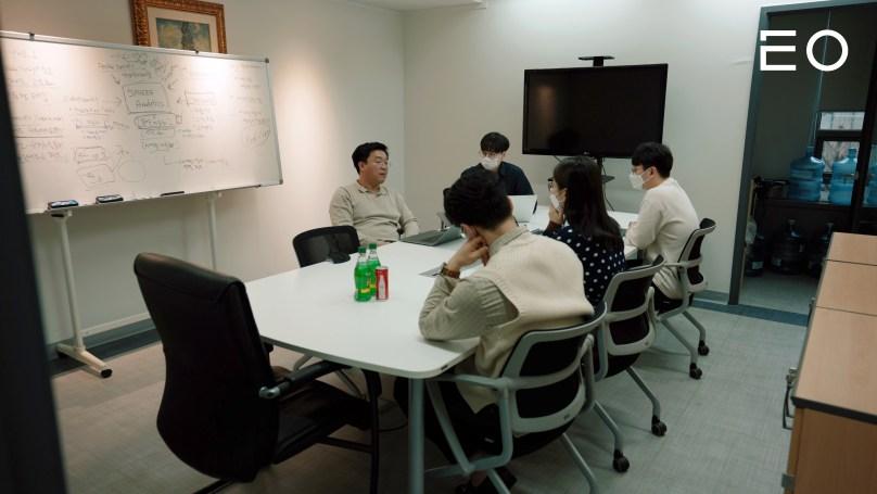 직원들과 이야기 나누고 있는 텐디 김찬웅 대표