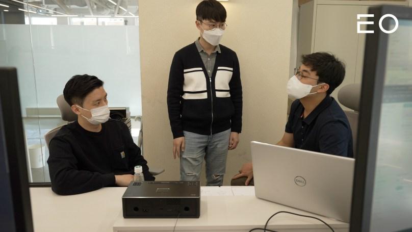 구성원들과 논의 중인 아임포트 장지윤 창업자