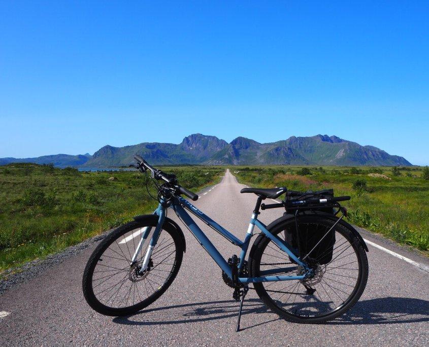 bici lungo le strade delle isole Lofoten