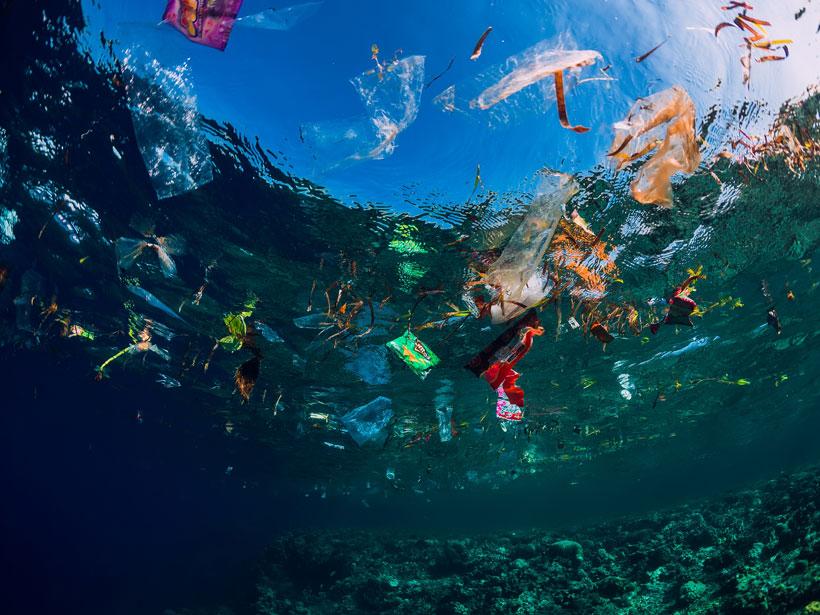 Imagen mostrando bolsas y otros restos de plástico flotando en el océano.