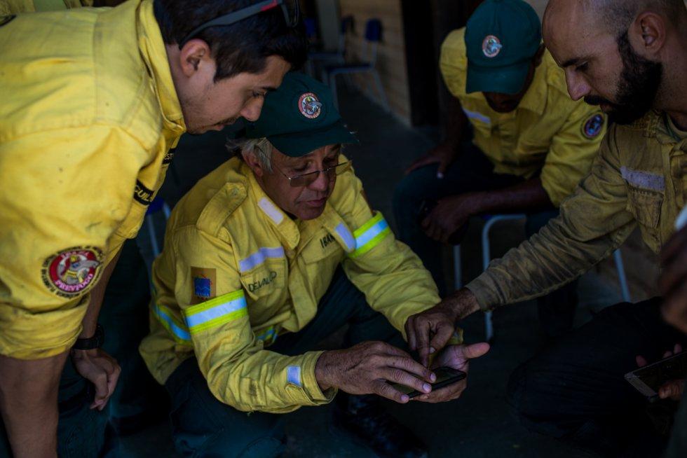 """""""Todo mundo está muito triste, muito estressado. Alguns até estão doentes"""", diz Pem Tarita, uma jovem moradora de Alto Paraíso que trabalha como voluntária para dar assistência logística aos que combatem o fogo"""
