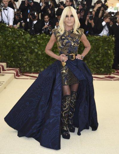 Donatella Versace escolheu, é claro, um vestido da sua marca. Ela foi uma das anfitriãs do evento junto com Amal Clooney e Rihanna.