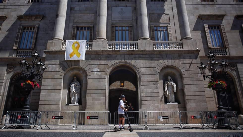Colau torna a penjar el llaç groc al balcó de l'Ajuntament de Barcelona