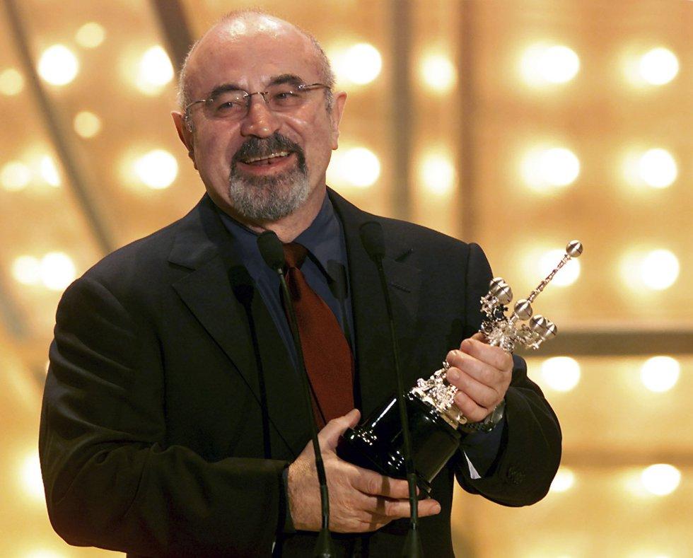 El actor Bob Hoskins recibe el Premio Donostia, en el Festival de Cine de San Sebastián. Septiembre de 2002