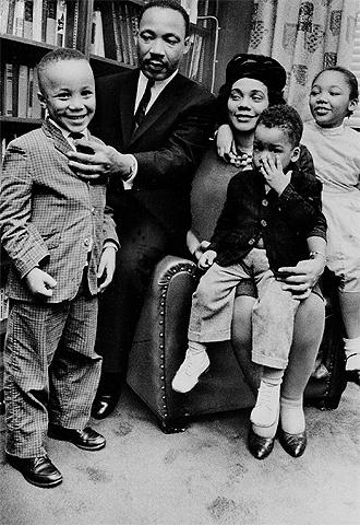 Martin Luther King, con su esposa Coretta y tres de sus ...