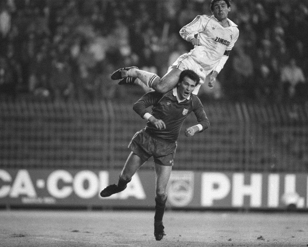 REAL MADRID, 3; RIJEKA, 0 (1984). En la Copa de la UEFA de la temporada 1984-85, el Real Madrid perdió 3-1 en la ida de dieciseisavos de final ante el Rijeka, entonces equipo yugoslavo, ahora croata. En el partido de vuelta, el 7 de noviembre de 1984, el equipo entrenado por Amancio consiguió ganar el partido y remontar la eliminatoria. Juanito, Santillana y Jorge Valdano, en el minuto 82, consiguieron los goles de la remontada, aunque el árbitro también ayudó: expulsó a tres jugadores visitantes. En la imagen, el jugador madridista Santillana salta de forma espectacular hasta el hombro del yugoslavo Ticic.