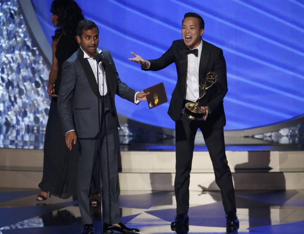 Aziz Ansari (izquierda) y Alan Yang reciben el premio Emmy a Mejor guion de comedia por 'Master on None'.