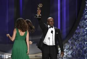 Courtney B. Vance acepta el Emmy a Mejor actor principal de serie limitada por 'American Crime Story: The People vs. O.J. Simpson' por su papel como el abogado de la defensa del jugador de fútbol. Pese a ser un veterano de la televisión, este es el primer Emmy para el marido de Angela Bassett.