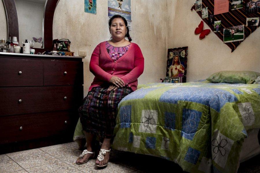 Lilian Karina Xinico, de 33 años, es originaria de la comunidad de Chipiacul en Patzún, Chimaltenango. Es la segunda de cuatro hermanas y proviene de una familia que se dedicaba a la agricultura. Afirma que ser mujer la marcó desde pequeña, en la actualidad sufre discriminación cada que vez que va a la capital cuando sube a los autobuses, entra a un restaurante o en los días de universidad.
