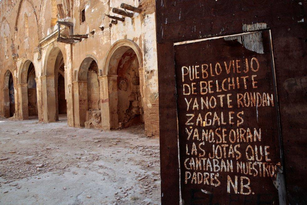 Graffiti en la entrada de la iglesia de San Martin que dice: