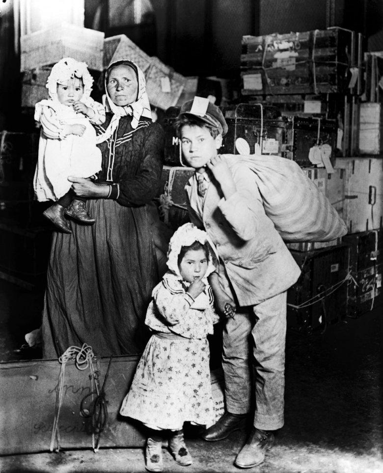 Familia de inmigrantes en Ellis Island en 1905.