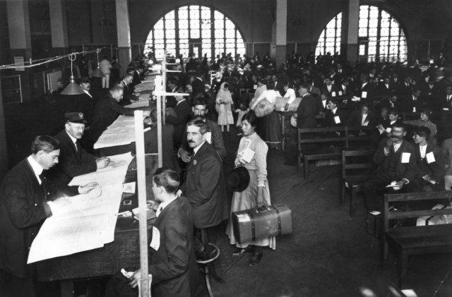 Registro de inmigrantes en la aduana de Ellis Island.