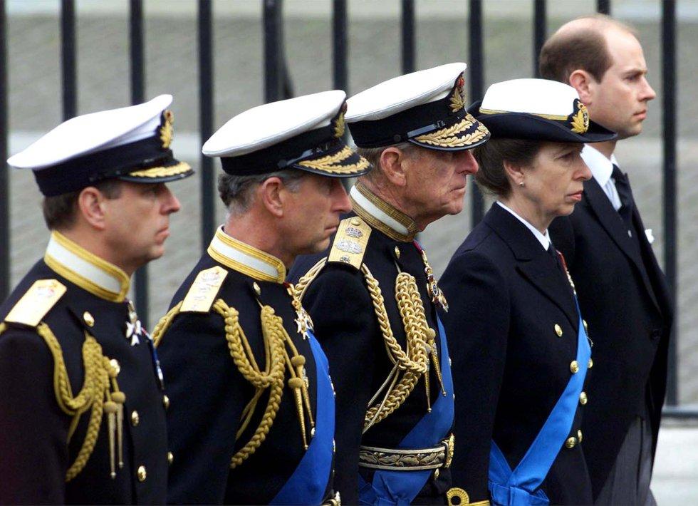 Miembros de la familia real británica acompañan en procesión el ataúd de la Reina Madre durante su funeral en la abadía de Westminster en Londres, el 9 de abril de 2002. De izquierda a derecha: el príncipe Andrés, el príncipe Carlos, el príncipe Felipe, la princesa Anna y el príncipe Eduardo.