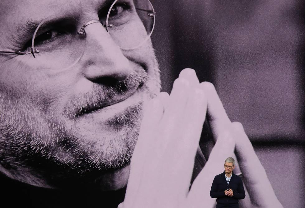 El presidente de Apple Tim Cook homenajea a Steve Jobs.