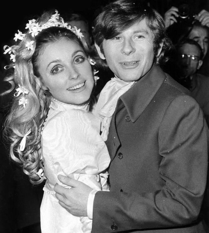 """Charles Manson lideraba una comuna hippie llamada """"La familia"""" que pasó de promulgar la paz y el amor a asesinar a cinco personas. Su resentimiento por no haber conseguido una carrera musical llevó a Manson a enviar a sus feligreses a la mansión donde anteriormente había vivido el productor musical Terry Melcher, con el que Manson había estado a punto de grabar un disco, pero que ahora pertenecía al director de cine Roman Polanski y su embarazada esposa Sharon Tate (Texas, 1943-Los Ángeles, 1969). Entre cuatro personas (más una que conducía el coche) asesinaron a Sharon, a sus 3 invitados y a un chico que pasaba por allí. La aparatosa espiral de violencia tardó varios minutos en desencadenarse porque las víctimas creyeron que los intrusos eran invitados (en esa casa constantemente entraba y salía gente), y la cobertura mediática fue tan grotesca que Charles Manson acabaría siendo una celebridad y un icono cultural mucho más famoso que su víctima principal, Sharon Tate. En la imagen, Sharon Tate y Roman Polanski en su boda, en 1968."""