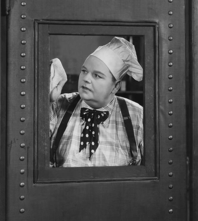 La cultura popular lo tiene claro: Roscoe 'Fatty' Arbuckle (Kansas, 1887-Nueva York, 1933) ha pasado a la historia por violar con una botella y provocar la muerte de la actriz Virginia Rappe. La crónica negra de Hollywood lleva un siglo explotando este monstruoso crimen que, en realidad, nunca se demostró. La prensa difundió rumores de que Arbuckle, la mayor estrella de la época, le había reventado la vejiga al ponerse encima de ella para forzarla sexualmente. Otros periódicos aseguraban que la había violado con un trozo de hielo que le provocó la cistitis que acabaría con su vida, y finalmente surgió la leyenda urbana de la botella (de champán o coca-cola, según las fuentes). Arbuckle fue repudiado por Hollywood y sus películas fueron quemadas aunque, tras dos juicios nulos, el tercero le declaró inocente. Pero ya daba igual. Su carrera había sido masacrada y, tras firmar un contrato para volver al cine con Warner en 1933, murió de un ataque al corazón a los 46 años.
