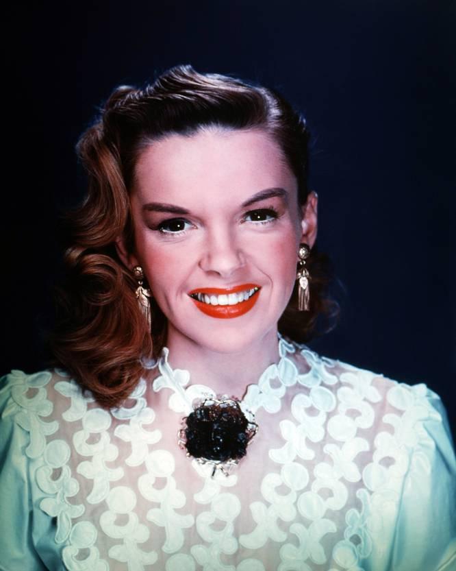 """""""Meus pais me inculcaram a cultura do esforço e da economia"""", contou Judy Garland (Minnesota, EUA, 1922 - Londres, Reino Unido, 1969) à revista 'Variety' em 1939, poucas semanas antes da estreia do que seria seu grande sucesso cinematográfico, o lendário 'O mágico de Oz'. A afirmação era falsa, como grande parte do que a atriz de Minnesota, grande sedutora e farsante por vocação, segundo ela mesma reconhecia, contaria à imprensa nos anos posteriores. A verdade é que Judy (seu nome verdadeiro era Frances Ethel Grumm) não acreditava absolutamente nas virtudes da economia. E se tornou uma mulher de gostos caros e com um instinto natural para o esbanjamento. Com 17 anos era já uma das atrizes mais ricas dos Estados Unidos, mas logo depois dos 40 acumulava dívidas milionárias que a levaram ao despejo e a obrigaram a embarcar por uma turnê em troca de comida por teatros da Europa, com sua filha então adolescente Liza Minelli. Segundo pessoas próximas, só um casamento oportuno com o empresário de New Jersey Mickey Deans impediu que a diva acabasse na miséria em seus últimos anos, marcados por problemas financeiros e o vício em barbitúricos. Na imagem, Judy Garland em 1950."""
