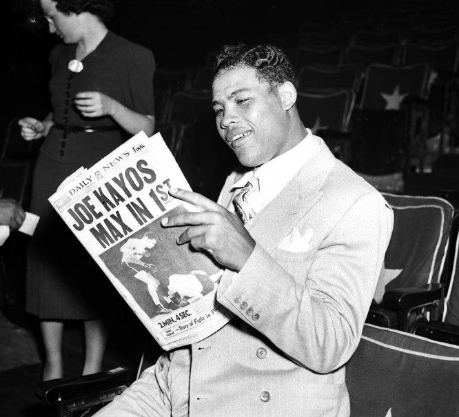 Aquele que muitos consideram o melhor boxeador da história, Joe Louis (Alabama, 1914- Nevada, 1981) foi prejudicado pelo excesso de generosidade e confiança. Criado em um humilde e conflituoso subúrbio de Detroit, o campeão do mundo dos pesos pesados entre 1937 e 1949 não se permitiu grandes luxos quando estava na crista da onda, mas pagou as consideráveis dívidas de seus familiares (inclusive daqueles que não lhe dirigiam a palavra quando não era mais que um adolescente gago que distribuía gelo em troca de gorjetas) e confiou em um séquito de velhos amigos que saquearam suas contas correntes e o envolveram em uma longa série de negócios duvidosos. Como resultado de tudo isso, chegou a dever à Fazenda mais de um milhão de dólares (3,2 milhões de reais) no fim dos anos 50, quando já tinha se aposentado do boxe e carecia de renda estável. Uma campanha de solidariedade proposta por antigos colegas serviu para que fosse concedido a Louis um alongamento do prazo de pagamento da dívida, mas quando morreu, em 1981, continuava com as contas embargadas e à beira da miséria. Na imagem, Louis lendo o jornal 'New York Daily News', em 1938.
