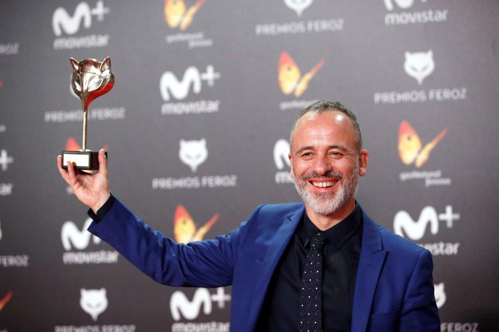 El actor Javier Gutiérrez posa con el premio a Mejor actor protagonista de una serie por su trabajo en 'Vergüenza'.