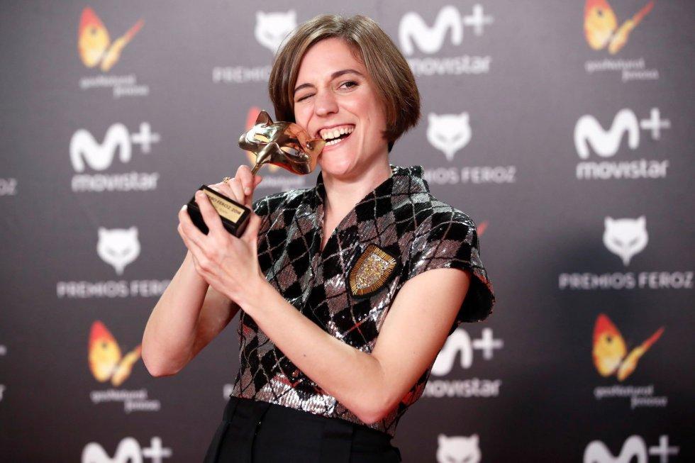 La directora Carla Simón posa tras recoger el premio a Mejor guión por la película 'Verano 1993'.