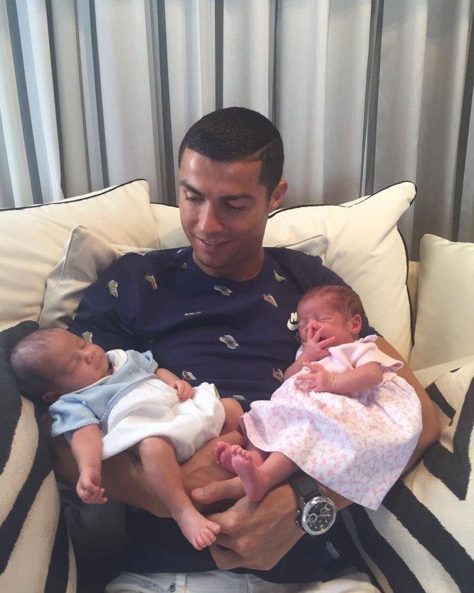 El pasado verano, el futbolista dio la bienvenida a la familia a sus mellizos, Mateo y Eva, que nacieron mediante la gestación subrogada.