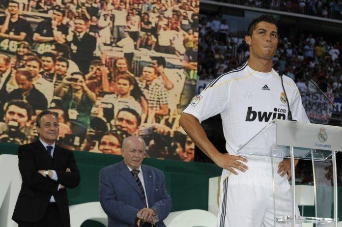 En junio de 2009, terminaba uno de los culebrones de ese verano y el Manchester United y el Real Madrid acordaron el traspaso del jugador al club madrileño. Más de 75.000 personas llenaron las gradas del Santiago Bernabéu el día de su presentación.