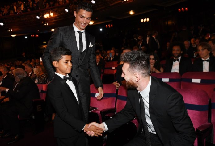 Lionel Messi (delantero del Barcelona y archienemigo en el campo de Cristiano), saluda al delantero portugués y a su hijo, antes del inicio de los premios FIFA 'The Best' 2017, celebrados en el London Palladium, en Londres (Reino Unido) el pasado octubre.
