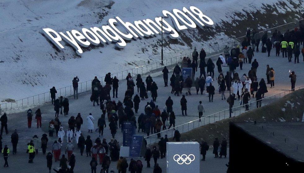Llegada de espectadores al estadio Olímpico antes del comienzo de la inauguración de los Juegos Olímpicos de Invierno celebrados en la ciudad surcoreana de Pyeongchang, el 9 de febrero de 2018.