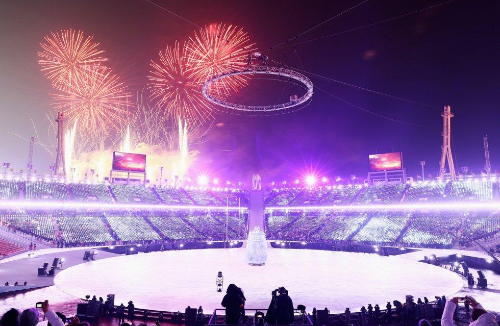 Fuegos artificiales en la ceremonia de inauguración de los Juegos Olímpicos de Invierno 2018 de PyeongChang (Corea del Sur), el 9 de febrero de 2018.