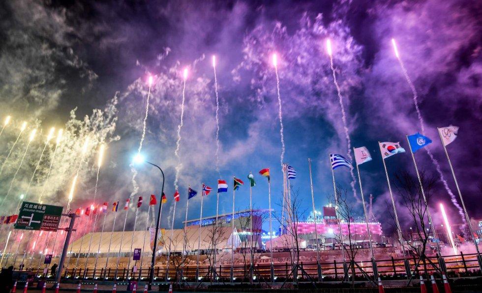 Fuegos artificiales fuera del estadio de PyeongChang, donde se celebra la ceremonia de inauguración de los Juegos Olímpicos de Invierno 2018, el 9 de febrero de 2018.