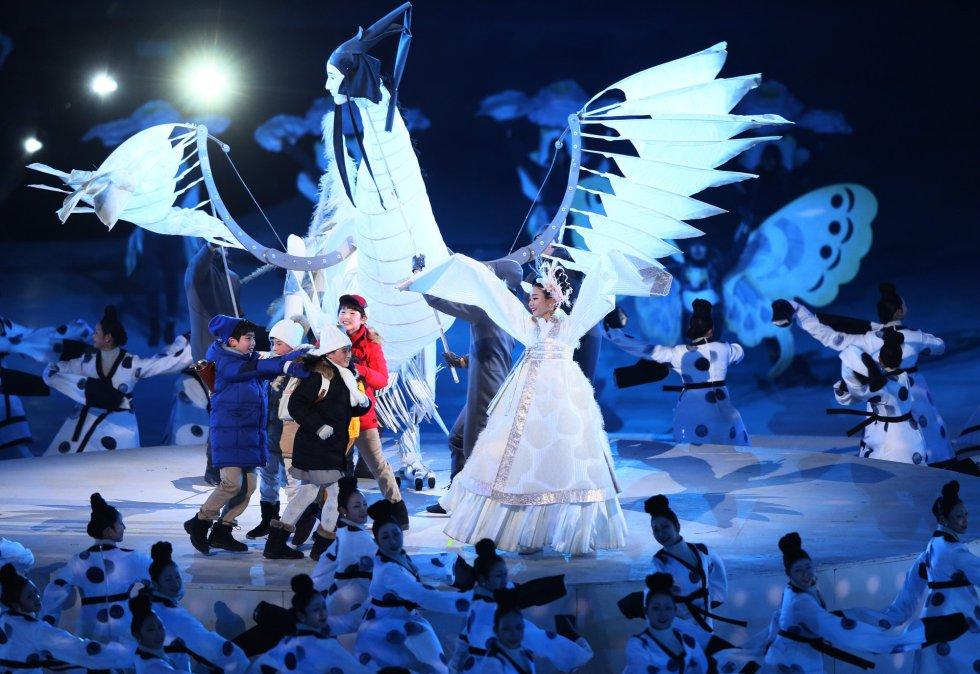 """Bailarines representan """"Tierra de Paz"""" durante la ceremonia de inauguración de los Juegos Olímpicos de PyeongChang 2018, el 9 de febrero."""