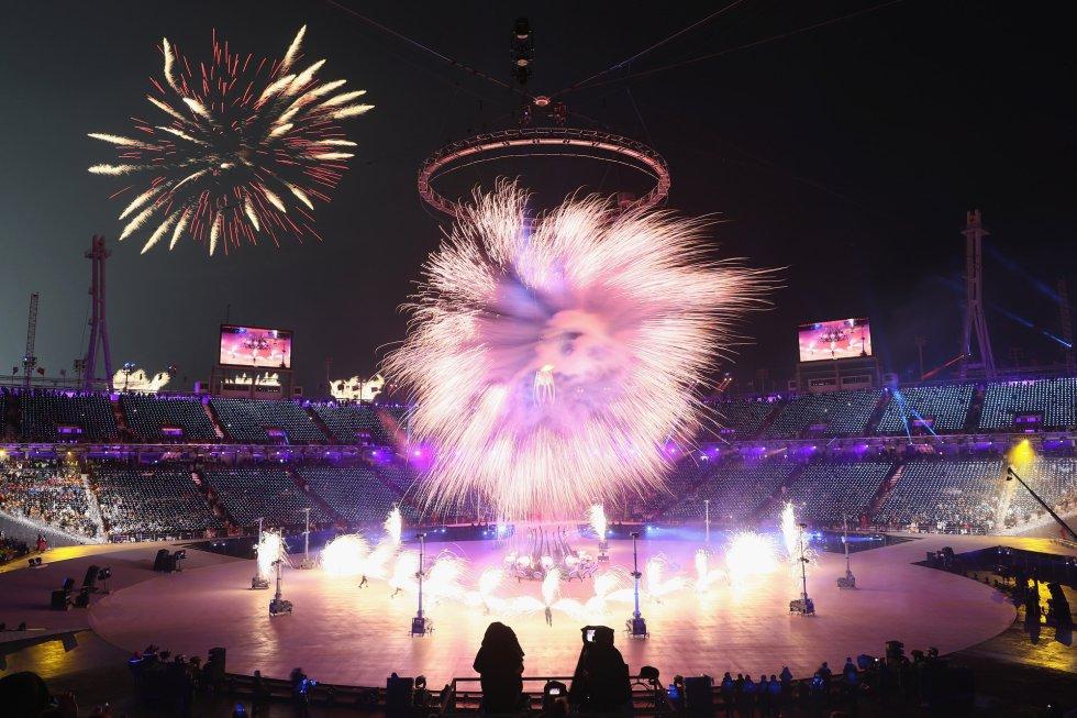 Vista general del estadio olímpico de Pyeongchang durante una de las actuaciones en la ceremonia de inauguración de los Juegos Olímpicos de Invierno 2018, el 9 de febrero de 2018.