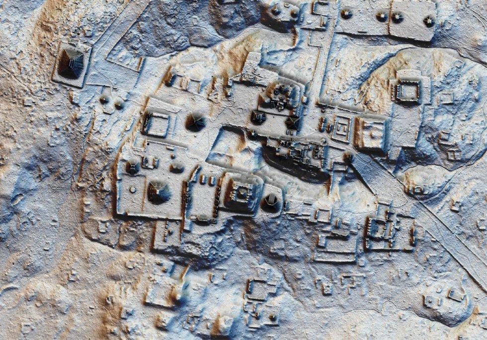 Ha sido hallada también una muralla de unos 14 kilómetros cerca de la ciudadela de Tikal, uno de los vestigios arqueológicos más importantes de asentamientos mayas. Los investigadores apuntan a que, tras la desaparición de la civilización, la selva invadió la ciudad, que ha permanecido oculta bajo el suelo y el follaje durante siglos.