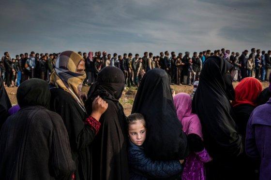 """Os civis que permaneceram em Mosul durante a batalha para recuperar a cidade do Estado islâmico aguardam para receber ajuda no bairro de Mamun (Iraque), em 15 de março de 2017. Foto indicada na categoria """"Foto do Ano"""", do fotógrafo Ivor Prickett."""