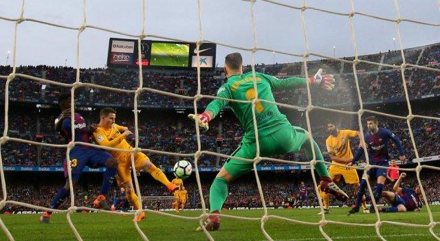 El jugador del Atletico Madrid Kevin Gameiro anota un gol que no subió al narcador.