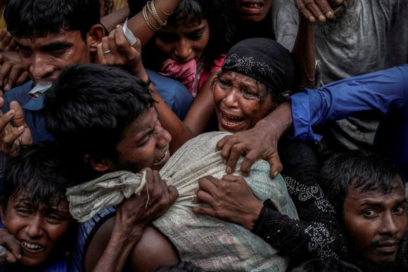 Refugiados rohingyas disputam ajuda humanitária em acampamento no Cox's Bazar (Bangladesh), em 24 de setembro de 2017.
