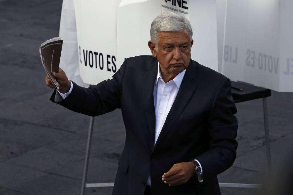 El candidato presidencial por Juntos haremos historia, Andrés Manuel Lopez Obrador, introduce su papeleta en un centro electoral de Ciudad de México.