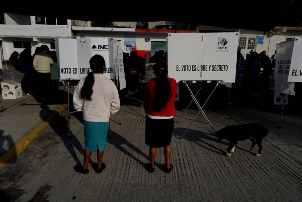 Ciudadanos mexicanos votan durante las primeras horas de la jornada electoral en la comunidad de San Ildefonso, Hidalgo el día 01 de julio de 2018.