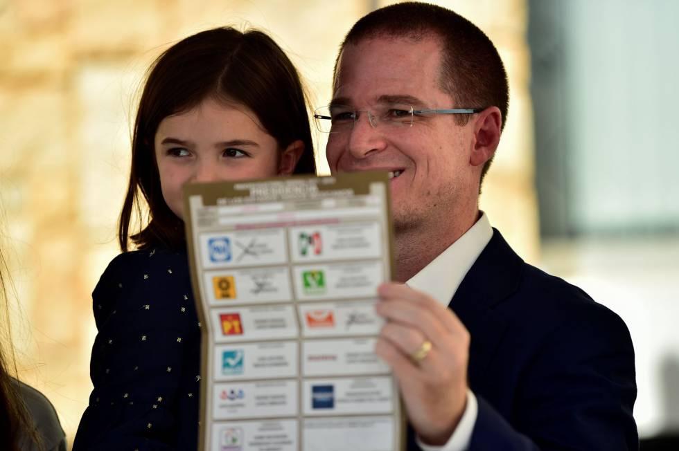 El candidato de la coalición Por México al frente, Ricardo Anaya muestra a los medios de comunicación su boleta electoral a la hora de emitir su voto en la ciudad de Querétaro.