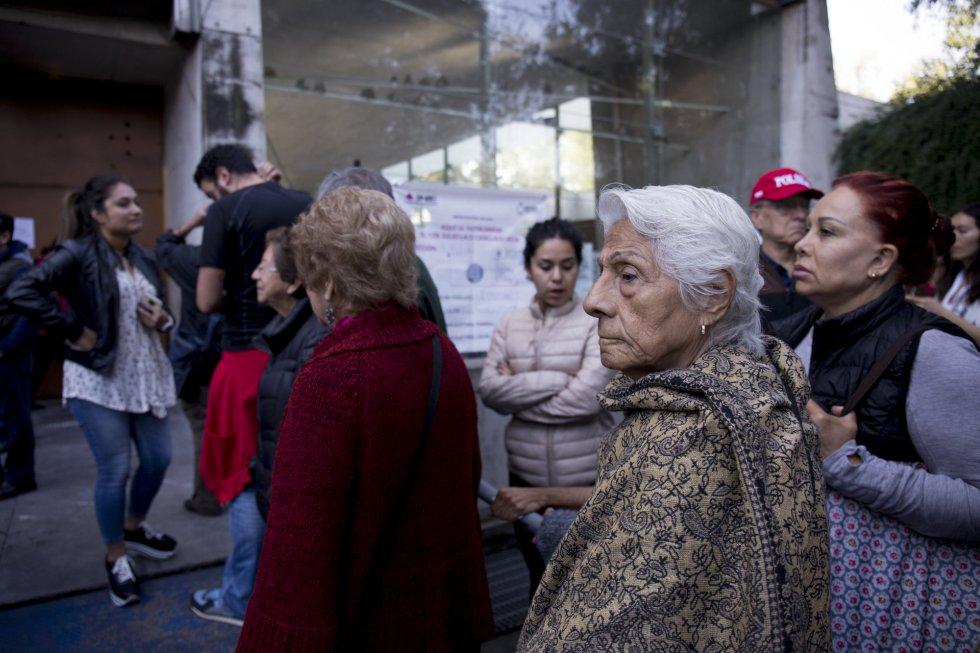 Más de 600 personas hacen fila desde primera hora en la Biblioteca Vasconcelos.