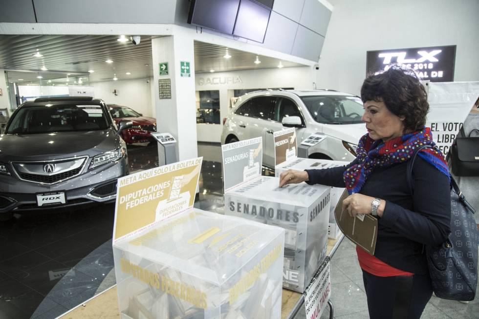 Una casilla electoral fue instalada en el interior de una concesionaria de automóviles de lujo.